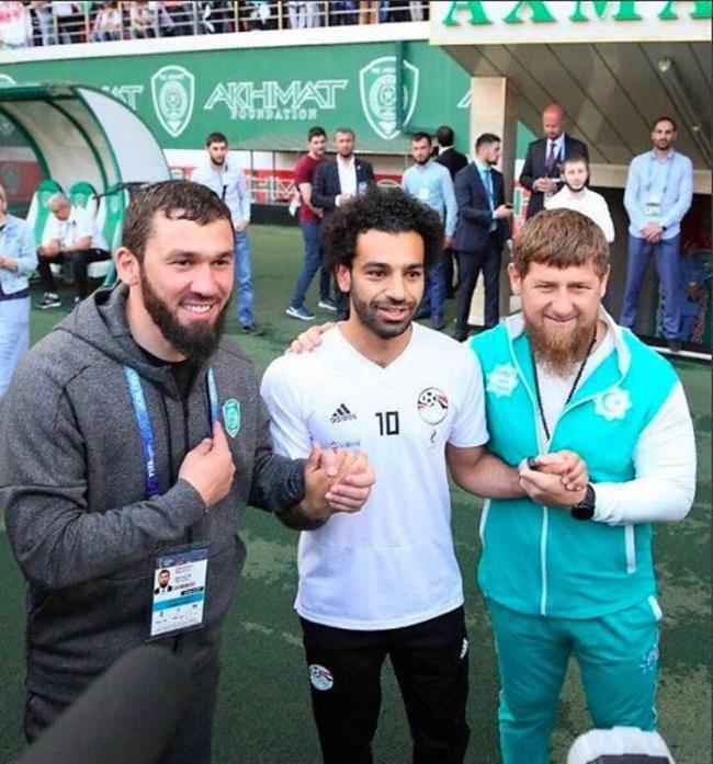 SỐC: Mo Salah bắt tay với lãnh đạo bị cáo buộc tội ác chiến tranh - Bóng Đá