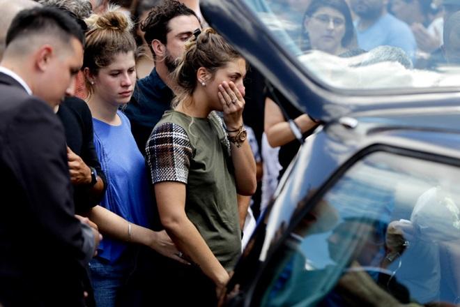 Gia đình ngập trong nước mắt đưa tiễn Sala - Bóng Đá