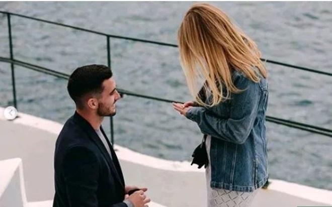Lewis Cook cầu hôn bạn gái bên bờ biển (The Sun) - Bóng Đá