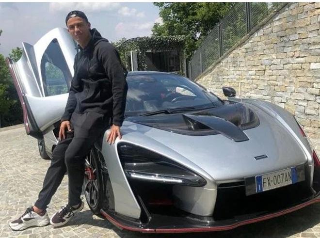 Ronaldo tạo dáng bên siêu xe McLaren (The Sun) - Bóng Đá