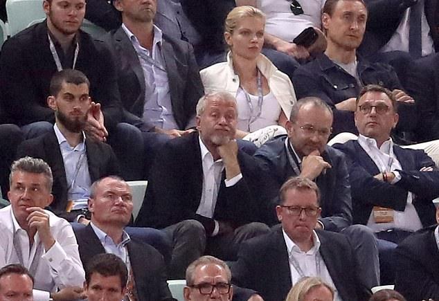 Roman Abramovich ăn mừng cùng các cầu thủ Chelsea - Bóng Đá