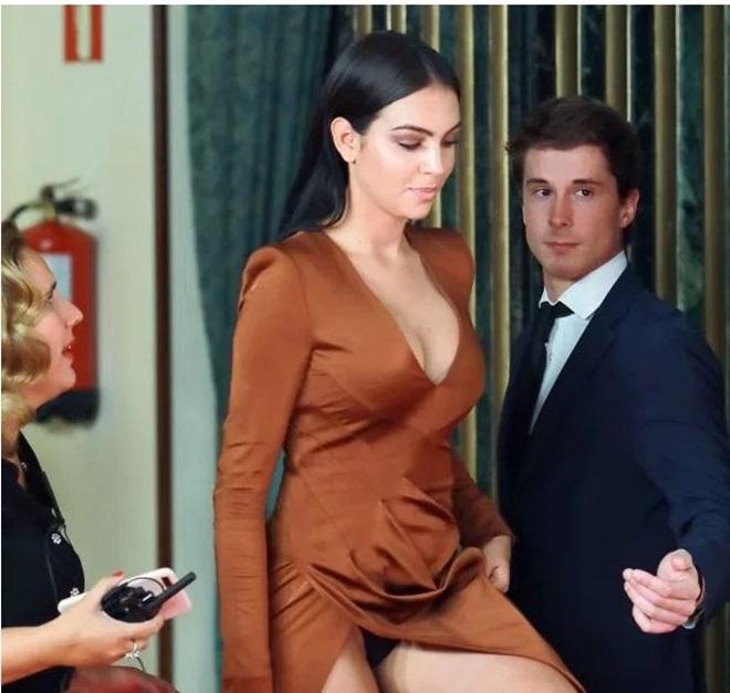 Bạn gái Ronaldo quyến rũ ở sự kiện Elle Charity Gala (The Sun) - Bóng Đá