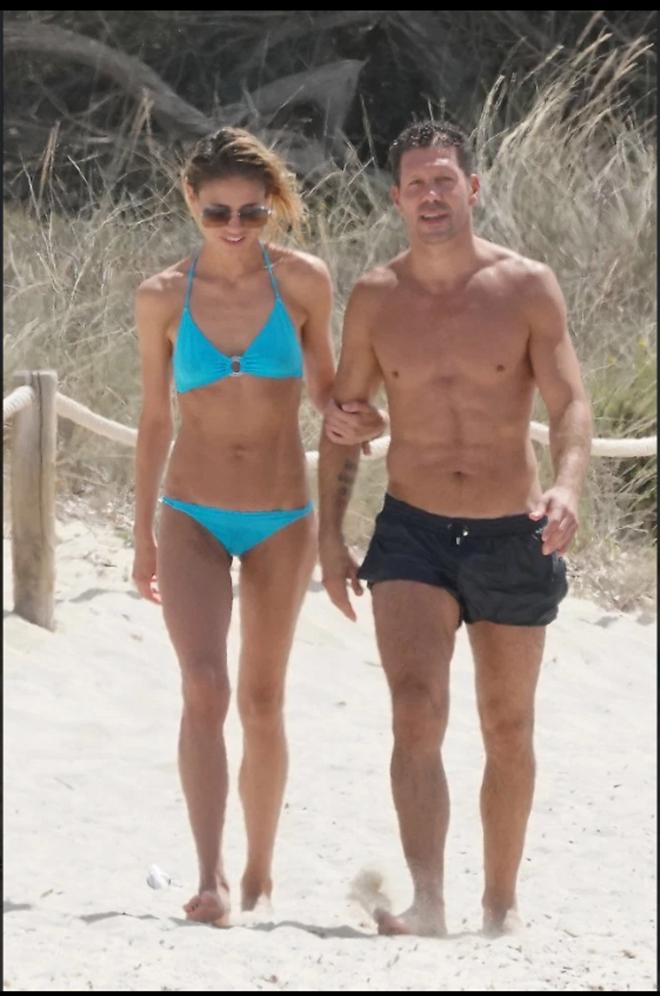 Diego Simeone thư giãn bên bãi biển cùng vợ (The Sun) - Bóng Đá