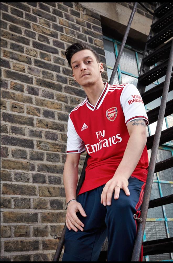 Các cầu thủ Arsenal giới thiệu áo đấu mới (The Sun) - Bóng Đá