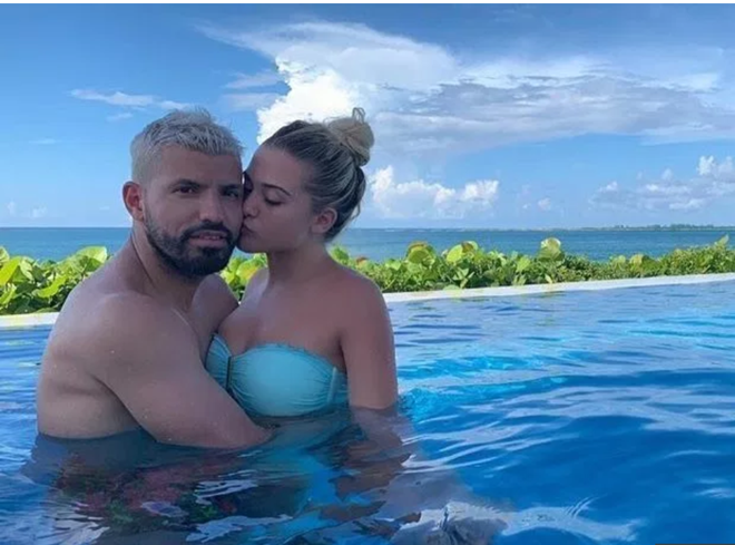 Sergio Aguero snogs stunning new girlfriend Sofia Calzetti in Bahamas as Man City team-mates work up sweat on China tour - Bóng Đá