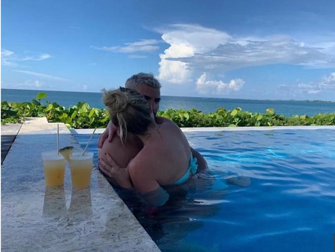 Sergio Aguero snogs stunning new girlfriend Sofia Calzetti in Bahamas as Man City team-mates work up sweat on China tour - Bóng Đá