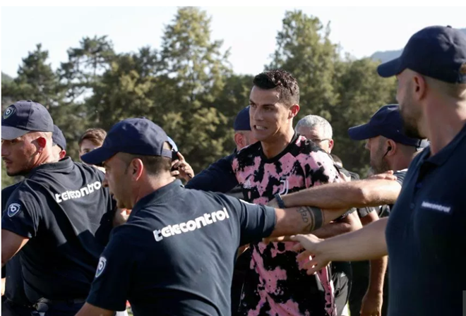 Cristiano Ronaldo escorted away from Juventus training by security after pitch invasion - Bóng Đá
