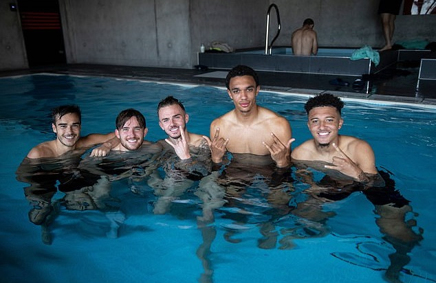 Making a splash! England squad take a dip in the pool at Southampton's training ground ahead of Euro 2020 qualifier against Kosovo - Bóng Đá