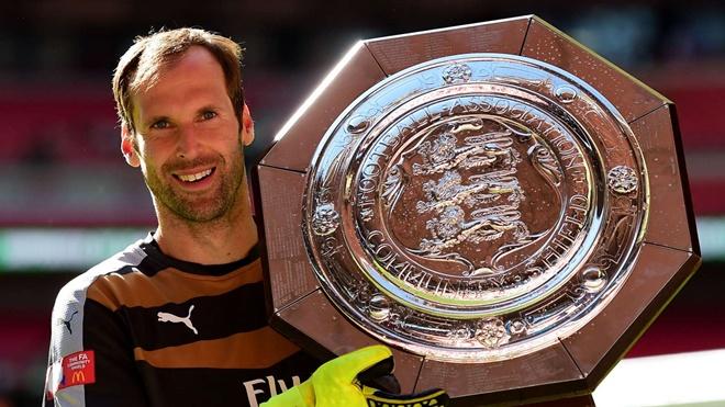 1. Thủ môn: Petr Cech. Thủ thành người Cộng hòa Séc gia nhập Arsenal từ Chelsea vào năm 2015. Dù không còn duy trì một phong độ đỉnh cao, thế nhưng Cech mang đến sự ổn định cần thiết trong khung gỗ Pháo thủ với 16 trận giữ sạch lưới ở mùa giải đầu tiên.