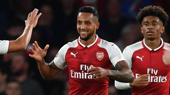 10. Tiền vệ lệch phải: Theo Walcott.  Cầu thủ người Anh chưa bao giờ phát triển hết tiềm năng trong màu áo Arsenal. Mặc dù thế, không thể phủ nhận Walcott là mũi khoan phá lợi hại của Pháo thủ với 106 bàn thắng, tham gia trực tiếp vào 57 bàn thắng khác sau 388 trận đấu.