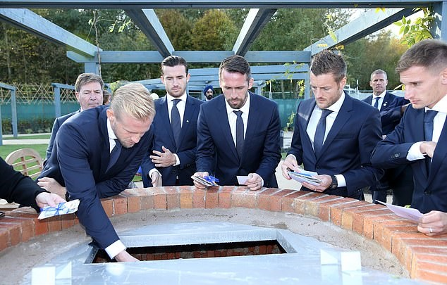 Jamie Vardy close to tears as he joins team-mates in paying tribute to Vichai Srivaddhanaprabha - Bóng Đá