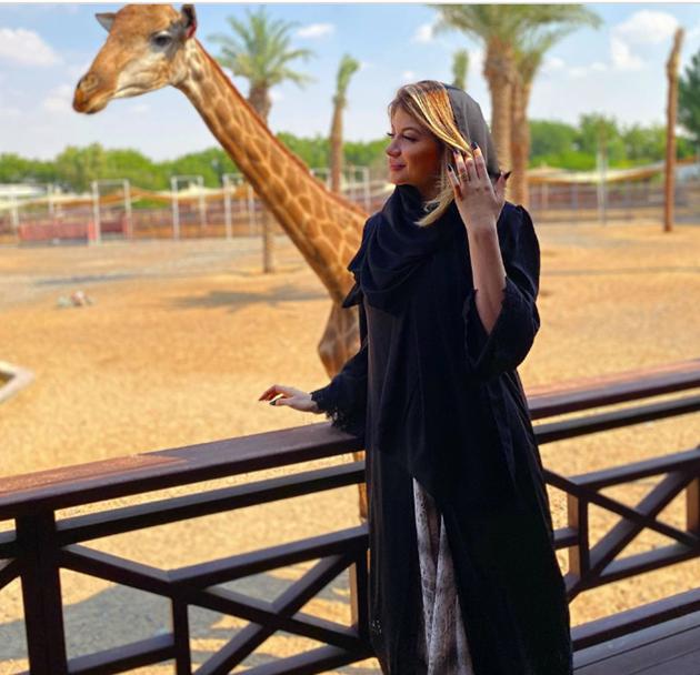 Man Utd ace Fred feeds a BEAR while giraffe eats his wife Monique's hair during trip to the zoo on Dubai holiday - Bóng Đá
