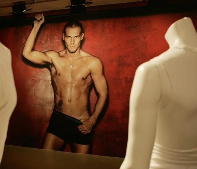 senal interim manager Freddie Ljungberg had red hair, modelled pants for Calvin Klein and married Spurs fan Natalie - Bóng Đá