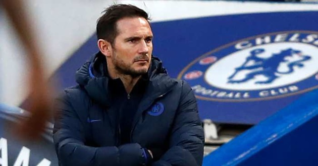Chelsea boss Frank Lampard covers face with scarf and wears gloves to walk dog Minnie amid coronavirus fears - Bóng Đá