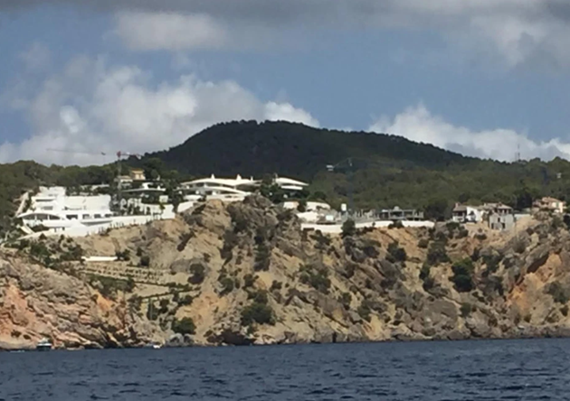 Newcastle owner Ashley's billionaire lifestyle with 33-bed London house, four homes in Spain, and £32m mansion in Miami - Bóng Đá