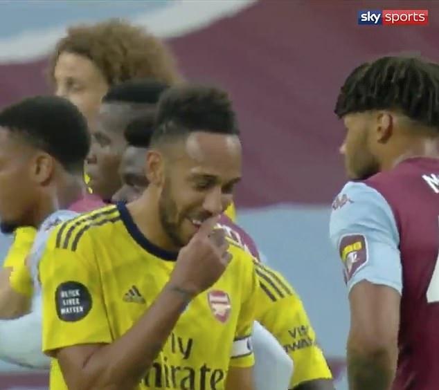 Pierre-Emerick Aubameyang loses Tyrone Mings as he LAUGHS to himself - Bóng Đá