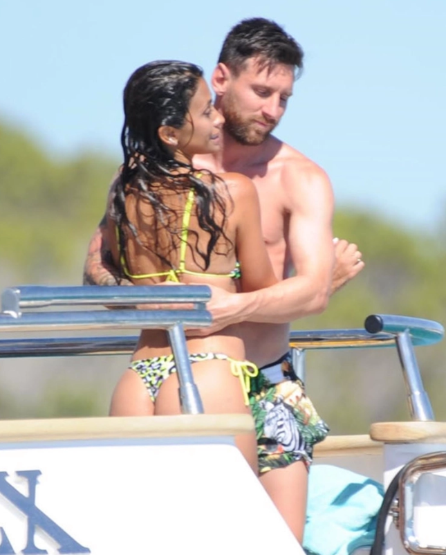 Lionel Messi and Luis Suarez board mega yacht near Ibiza with Barcelona star's wife Antonela Roccuzzo sizzling in bikini - Bóng Đá