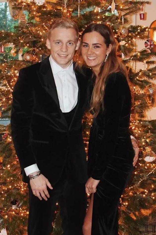 Estelle Bergkamp is the stunning daughter of Arsenal legend Dennis and is the girlfriend of Man Utd target van de Beek - Bóng Đá