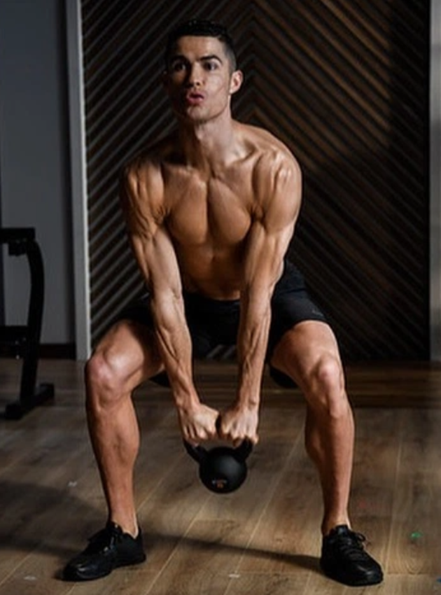Cristiano Ronaldo leaves fans stunned with huge thigh muscles as Juventus star proves he never skips leg day in the gym - Bóng Đá