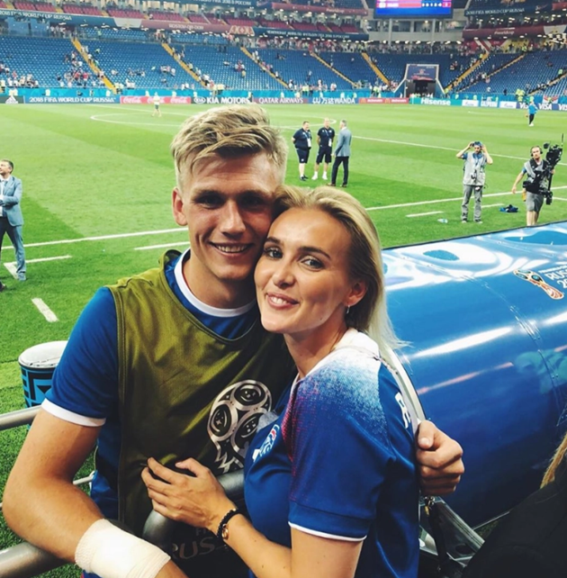 rsenal new signing Alex Runarsson became keeper because of burst appendix, has glamorous Wag and donates to Common Goal - Bóng Đá