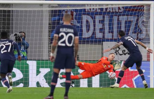 Phút thứ 16, PSG được hưởng quả 11m sau khi Upamecano để bóng chạm tay trong vòng cấm địa RB Leipzig. Tuy nhiên, cú sút của Di Maria đã bị thủ thành Gulacsi bắt bài. PSG đã phải trả giá cho tình huống hỏng ăn ngay lập tức.