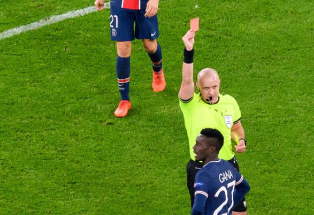 Bị dẫn bàn trước, PSG còn gặp tổn thất lớn khi Idrissa Gueye nhận thẻ vàng thứ 2 rời sân ở phút 69. Trước đó Gueye có tình huống chơi bóng ác ý với Amadou Haidara.