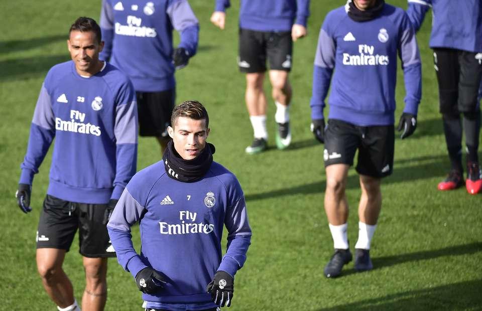 Ronaldo tính phá camera trên sân tập