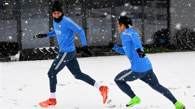 Bỏ tập, dàn sao Inter đại chiến trong ngày đầy tuyết - Bóng Đá
