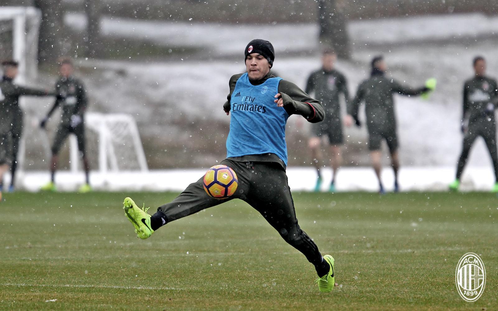 Trước đại chiến, AC Milan cắn răng tập luyện dưới cái lạnh thấu xương - Bóng Đá