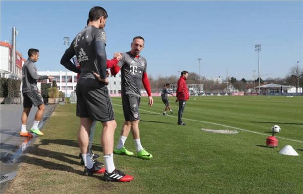 Ancelotti tận tình chăm sóc Lahm trên sân tập - Bóng Đá