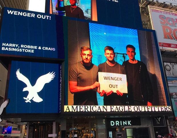 'Wenger Out' dự đám cưới, 'lên sóng' tại Times Square - Bóng Đá