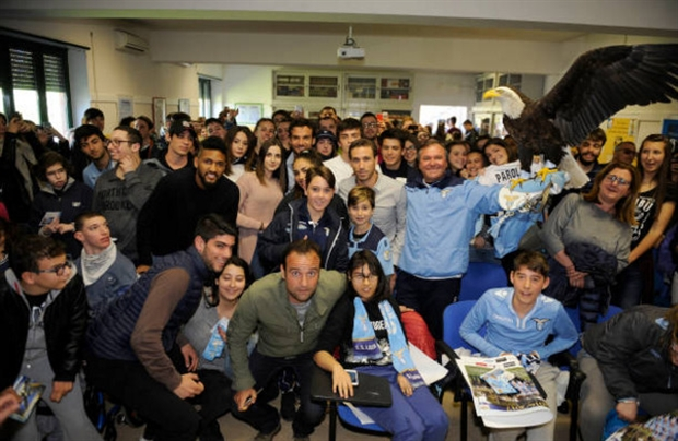 Sao Lazio mang cả đại bàng tới thăm trường học - Bóng Đá