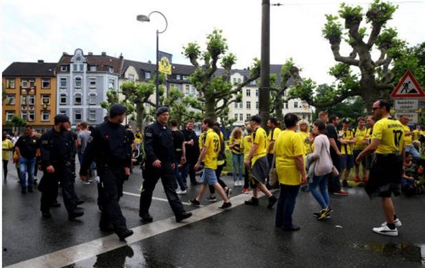 Cảnh sát căng thẳng chờ Dortmund 'khoe' cúp - Bóng Đá