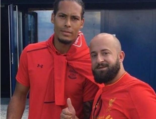 Van Dijk chụp ảnh với fan Liverpool, tiếp bước Salah? - Bóng Đá