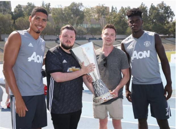 Sao Game of Thrones thích thú khi được Man Utd trao cúp tại Mỹ - Bóng Đá