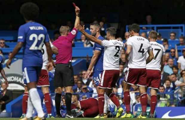 Lĩnh thẻ đỏ chóng váng, Cahill có xứng đáng là đội trưởng Chelsea? - Bóng Đá