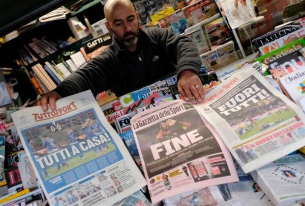 Người dân Italia 'chăm chỉ' đọc báo sau bi kịch tại San Siro - Bóng Đá