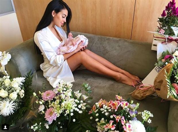 Bạn gái vừa sinh, Ronaldo đã bỏ đi tập luyện - Bóng Đá
