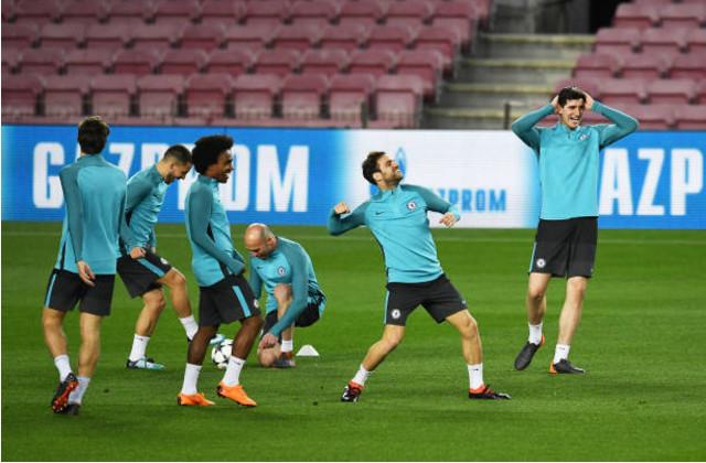 Thầy trò Conte đầy lạc quan khi đặt vừa đặt chân tới Nou Camp - Bóng Đá