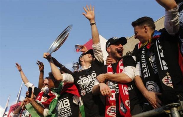 Hàng nghìn CĐV xuống đường ăn mừng chức vô địch của PSV - Bóng Đá