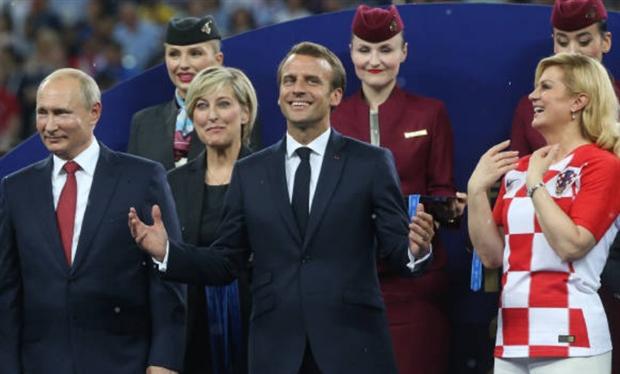 Tổng thống Pháp nhảy thẳng lên bàn ăn mừng trước mặt Putin - Bóng Đá