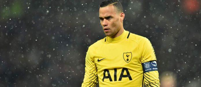 Bắt bóng như Karius, thủ thành của Tottenham hứng loạt gạch đá - Bóng Đá