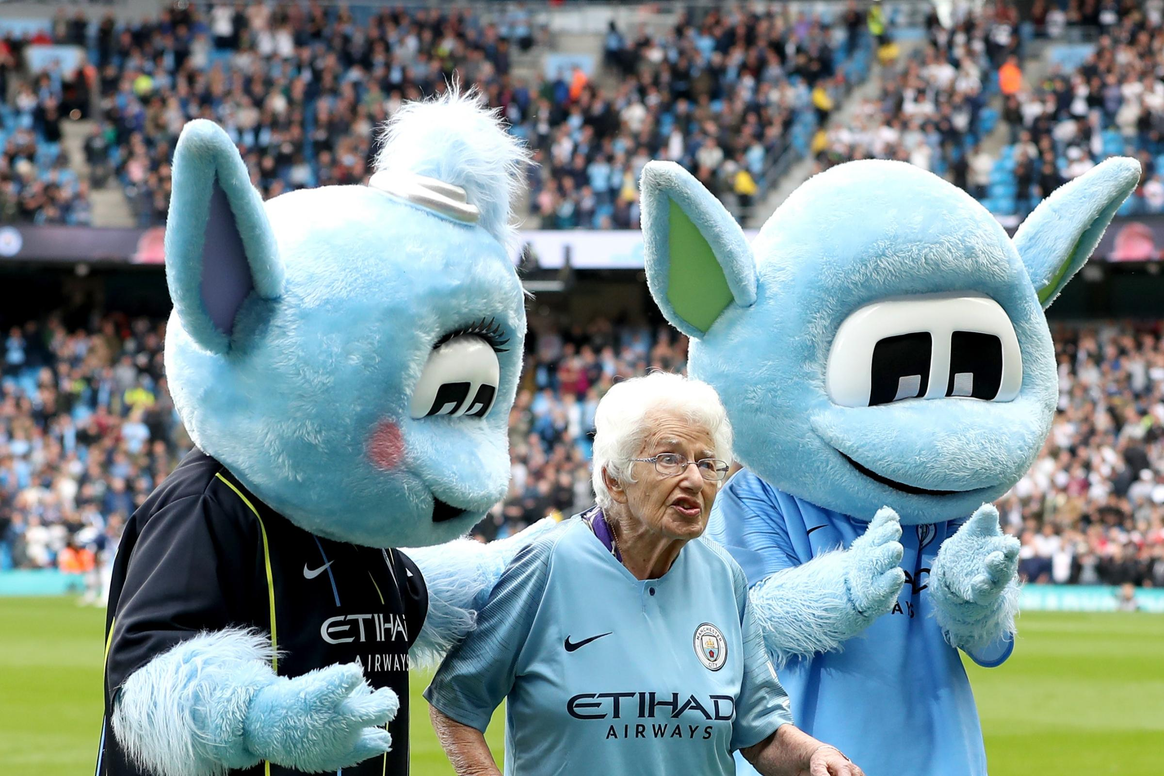 2 nhân vật bí ẩn gần 100 tuổi ra sân cùng Man City là ai? - Bóng Đá