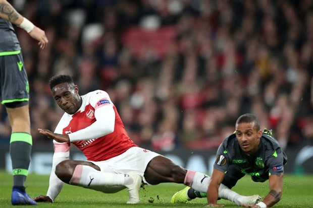 Tương lai bất ổn, sao Arsenal vẫn tươi rói 'đi bơi' - Bóng Đá