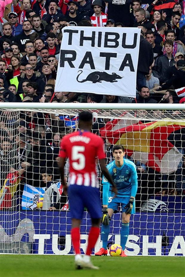 Courtois bị ném chuột trong ngày gặp lại Atletico  - Bóng Đá