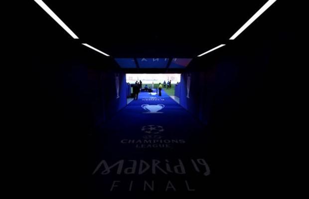 Cúp bạc Champions League được mang đến Madrid bằng siêu xe - Bóng Đá