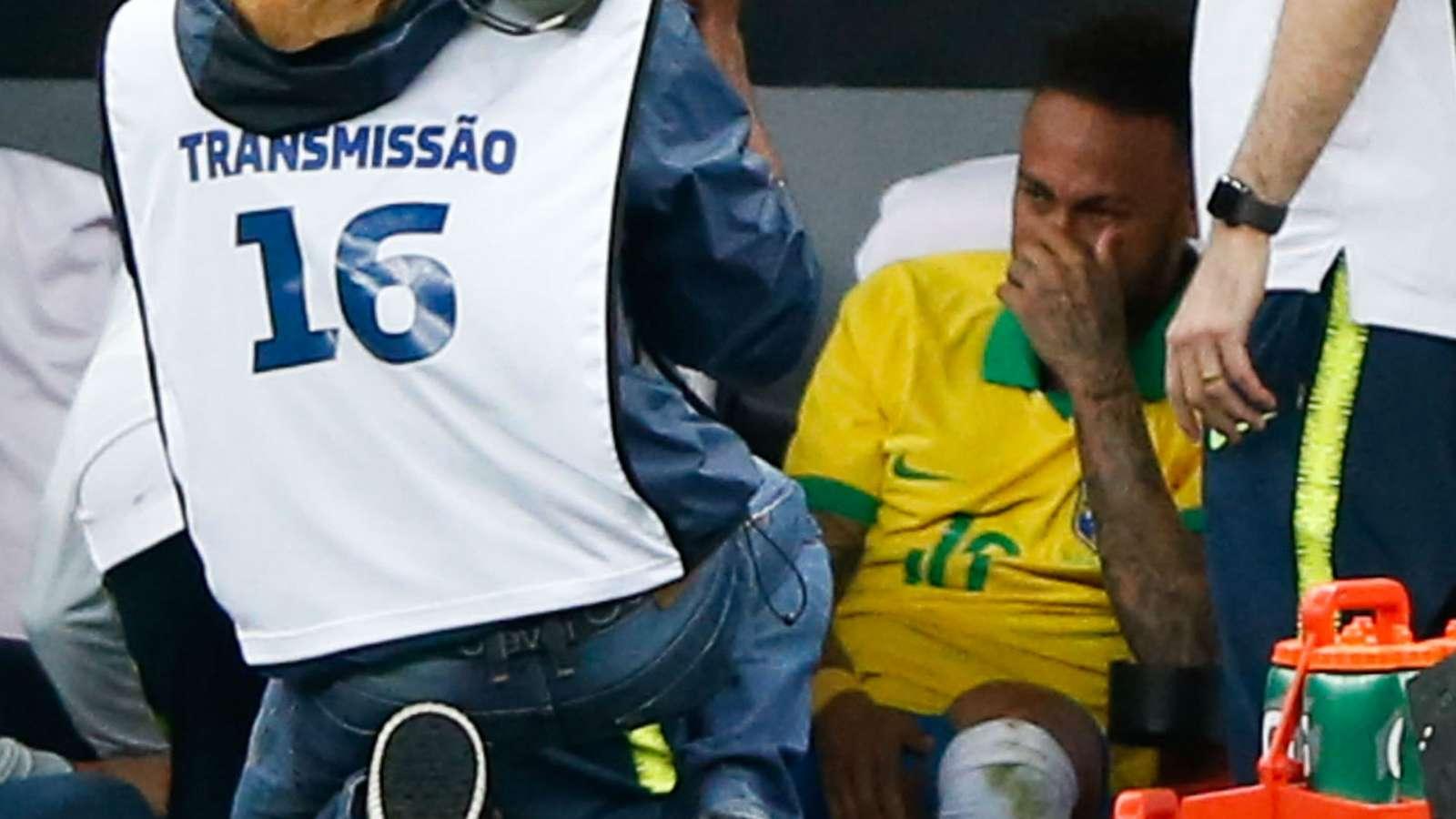 Gặp chấn thương, Neymar khóc nức nở ngay trên sân - Bóng Đá