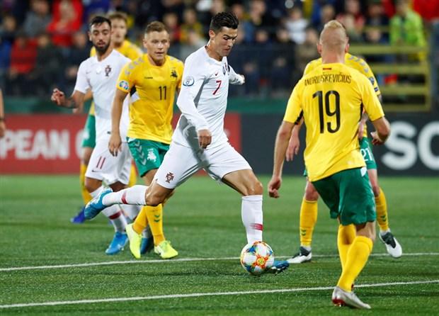 Fan cuồng quỳ lạy trong ngày Ronaldo lập kỷ lục - Bóng Đá