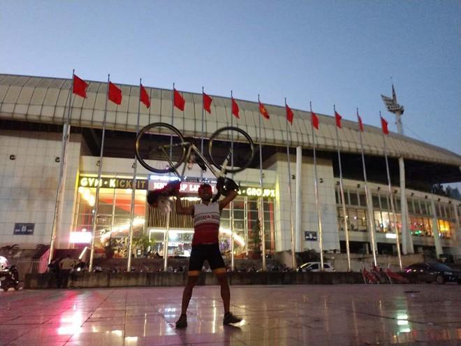 CĐV đạp xe 1.400 km đi