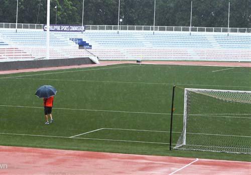 Trợ lý thầy Park đi soi từng ngọn cỏ tại Rizal Memorial - Bóng Đá